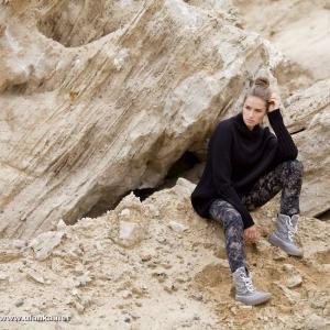 Fotografia mody, modelka siedząca na skałkach