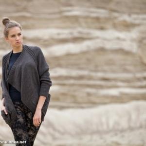 Fotografia mody, modelka w szarym swetrze