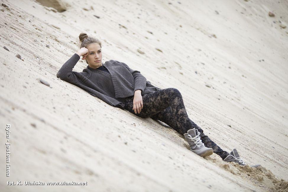 Fotografia mody, modelka leżąca na pisaku
