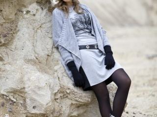 Fotografia mody, modelka oparta o skałę