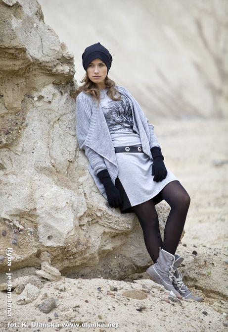 Fotografia mody, modelka opierająca się o skałę
