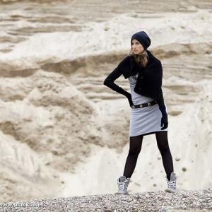 Fotografia mody, modelka w szarym stroju i czarnej czapce