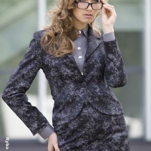 Fotografia mody, modelka we fioletowym żakiecie