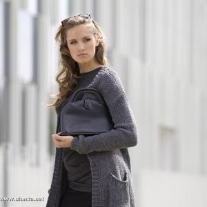Fotografia mody, modelka w szarym swetrze z torebką