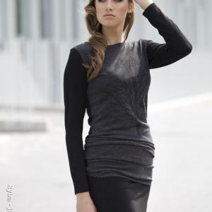 Fotografia mody, modelka w ciemnym stroju