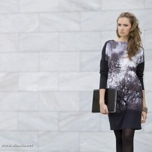 Fotografia mody, modelka z aktówką w dłoni