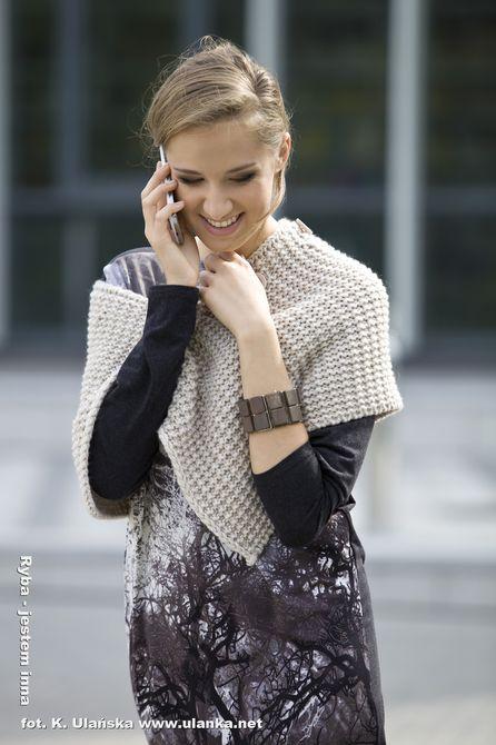 Fotografia mody, modelka rozmawiająca przez telefon komórkowy