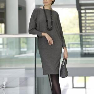 Fotografia mody, modelka w szarym stroju z czarnymi koralami