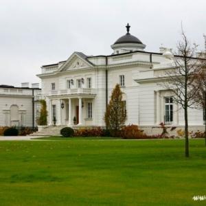 Fotografia architektury i wnętrz, widok na pałac jesienią