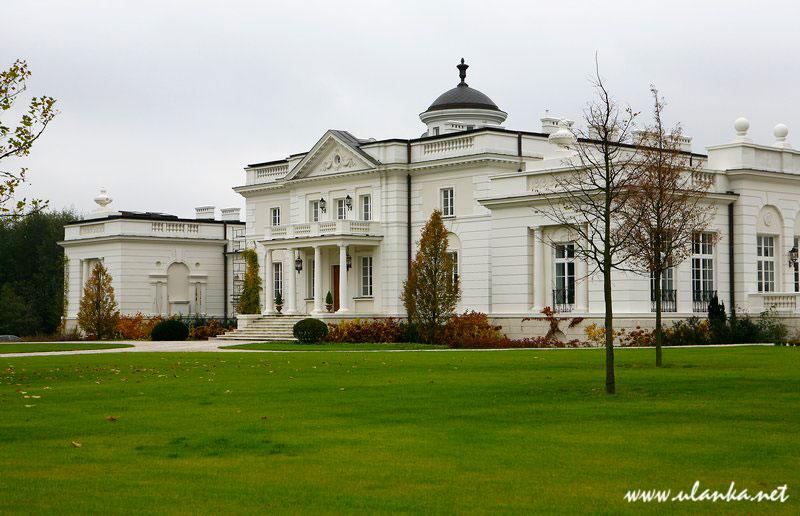 Fotografia architektury i wnętrz, widok białego pałacyku