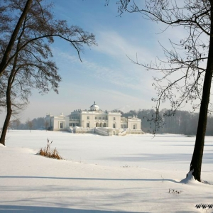 Fotografia architektury i wnętrz, pałac wśród lasu