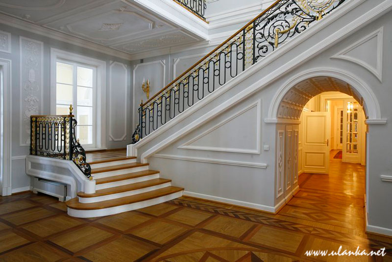Fotografia architektury i wnętrz. schody w pałacu