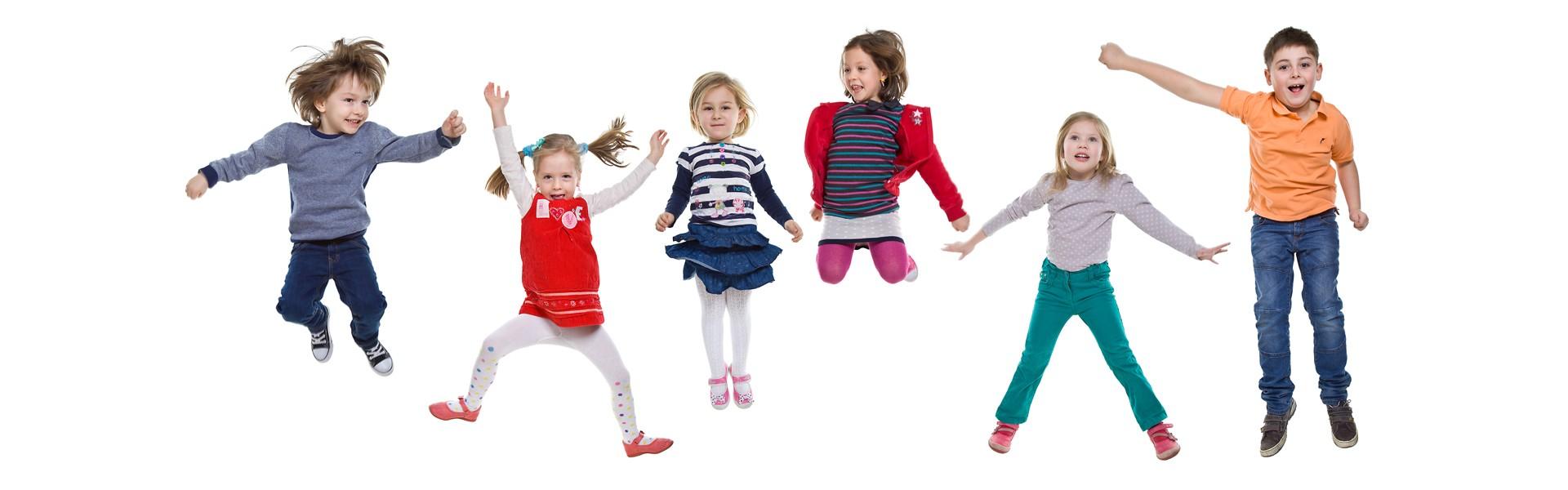 fotografia dzieci wesołych i skaczących