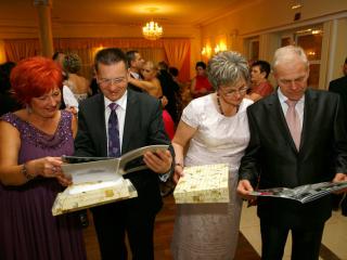 Fotoksiążka oglądana przez rodziców podczas ślubu