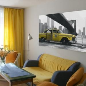 Fotoobraz żółtej starej taksówki pod mostem