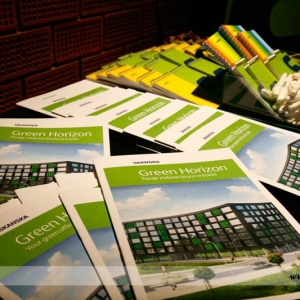 Fotografia reportażowa, foldery na konferencji Skanska