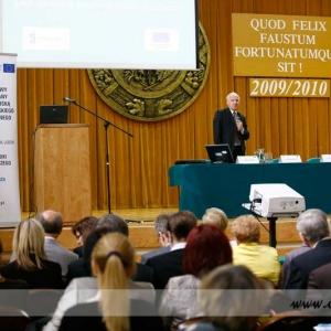 Fotografia reportażowa, przemówienie mężczyzny na wykładzie