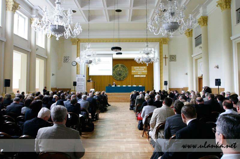 Fotografia reportażowa, wypełniona sala konferencyjna