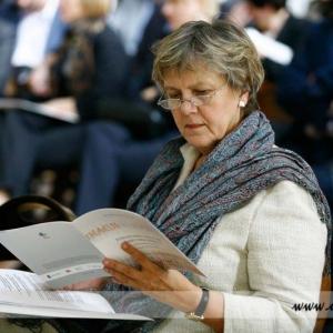 Fotografia reportażowa, kobieta czytająca plan wykładów