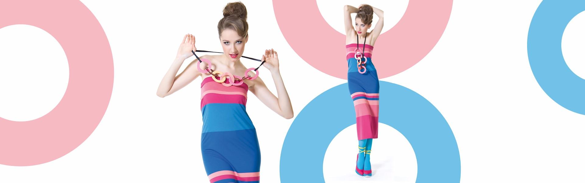 Fotografia mody, modelka w kolorowej sukience w paski
