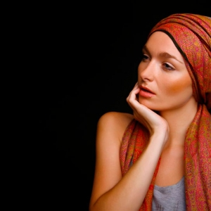 Fotografia modelki w pozie Monalizy
