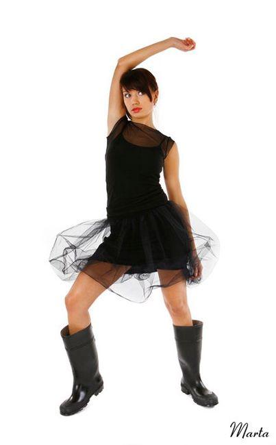 Fotografia modelki w czarnej krótkiej sukience
