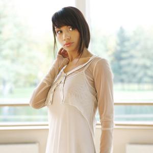 Fotografia modelki w białej sukni na tle okna