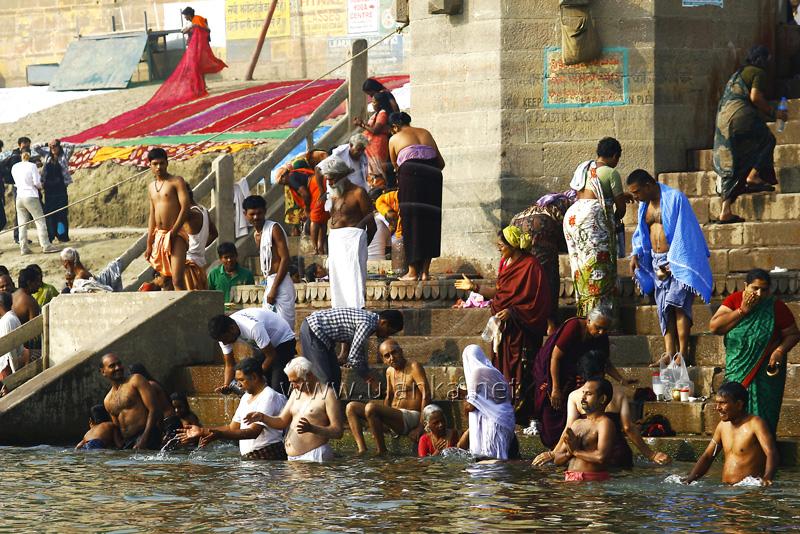 Fotografia z podróży myjących się ludzi w rzece