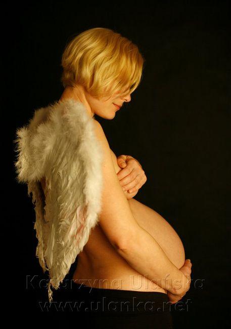 Fotografia ciążowa, kobieta w ciąży ze skrzydłami anioła