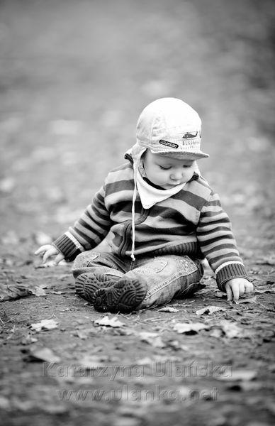 Małe dziecko bawiące się na ziemi