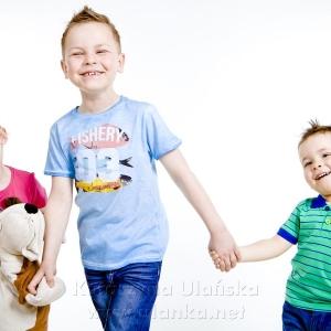Dzieci trzymające się za ręce