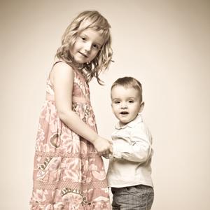 Dziewczynka trzymająca braciszka za ręce