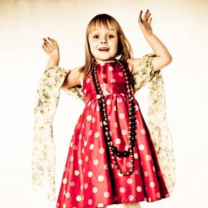 Dziewczynka w czerwonej sukience w groszki