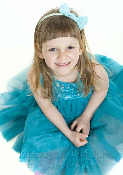 Dziewczynka w błękitnej sukience