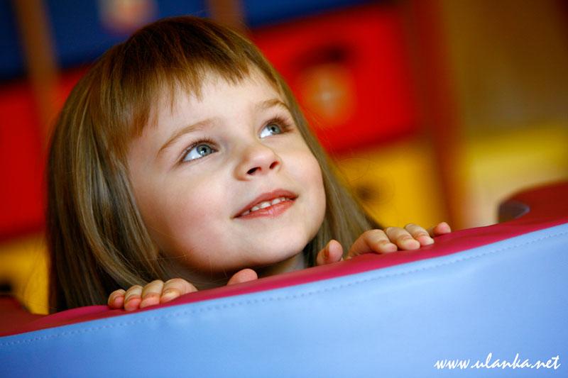 Uśmiechnięta dziewczynka - kolorowa fotografia