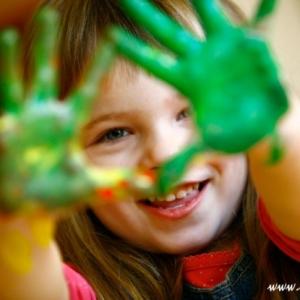 Dziewczynka z zielonymi rękoma od farby