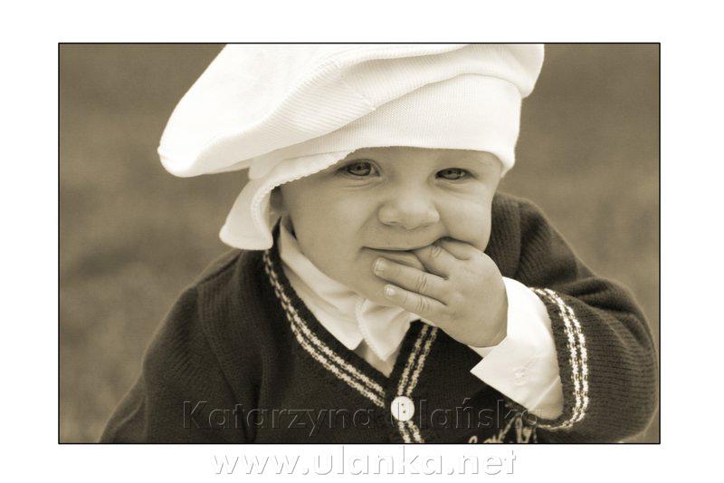 Monochromatyczna fotografia małego chłopca