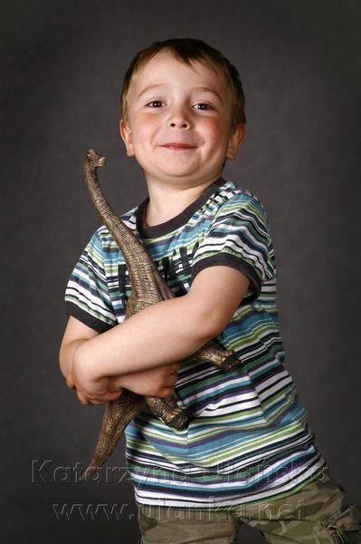 Chłopiec z zabawką dinozaurem