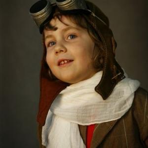 Dziewczynka w przebraniu pilota z goglami
