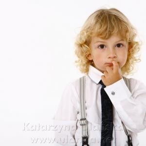 Chłopiec z blond włosami kręconymi