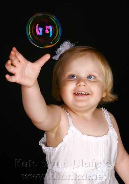 Uśmiechnięta mała dziewczynka