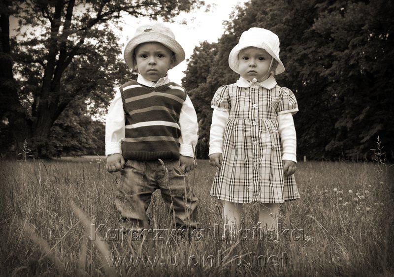 Małe dzieci na łące - monochromatyczna fotografia