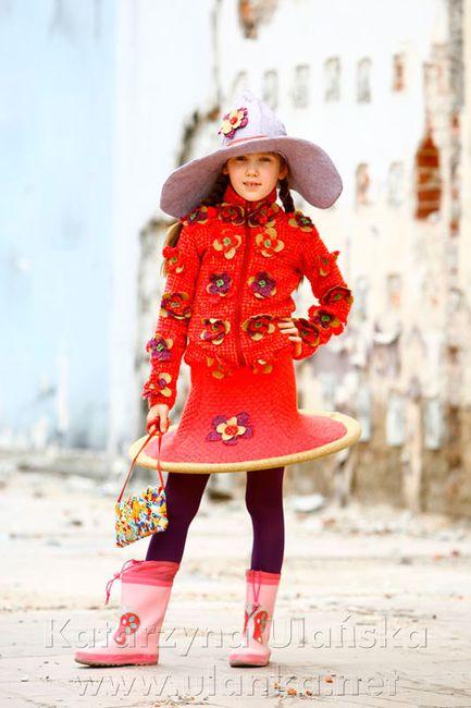 Fotografia dziewczynki w czerwonej sukni stylizowana na modelkę