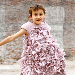 Mała modelka w sukni z falbanami