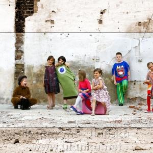 Kolorowe zdjęcie dzieci pod murem
