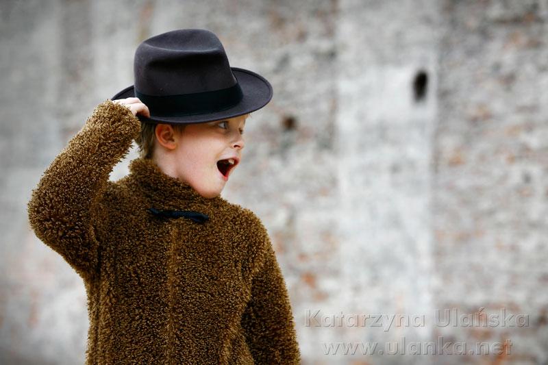 Fotografia chłopca w przebraniu i czarnym kapeluszu