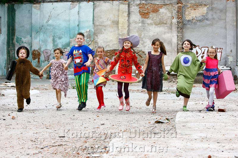Kolorowe zdjęcie dzieci trzymających się za ręce