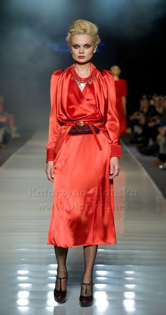 Fotografia eventowa, pokaz mody, bląd modelka w czerwonej sukni