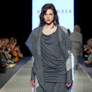 Fotografia eventowa, pokaz mody, modelka w szarym stroju