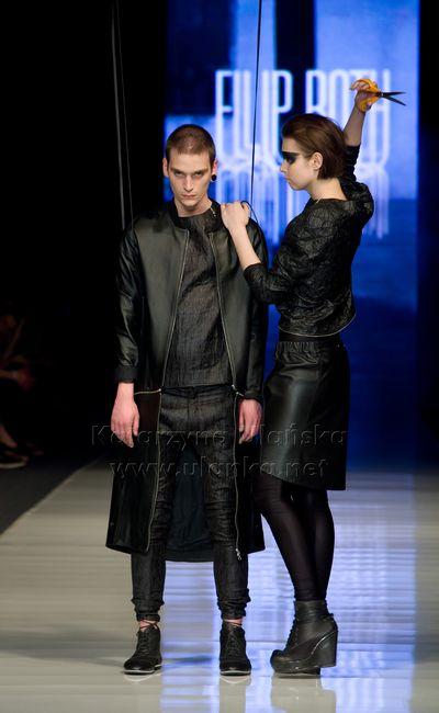 Fotografia eventowa, para modeli na wybiegu w czarnych strojach